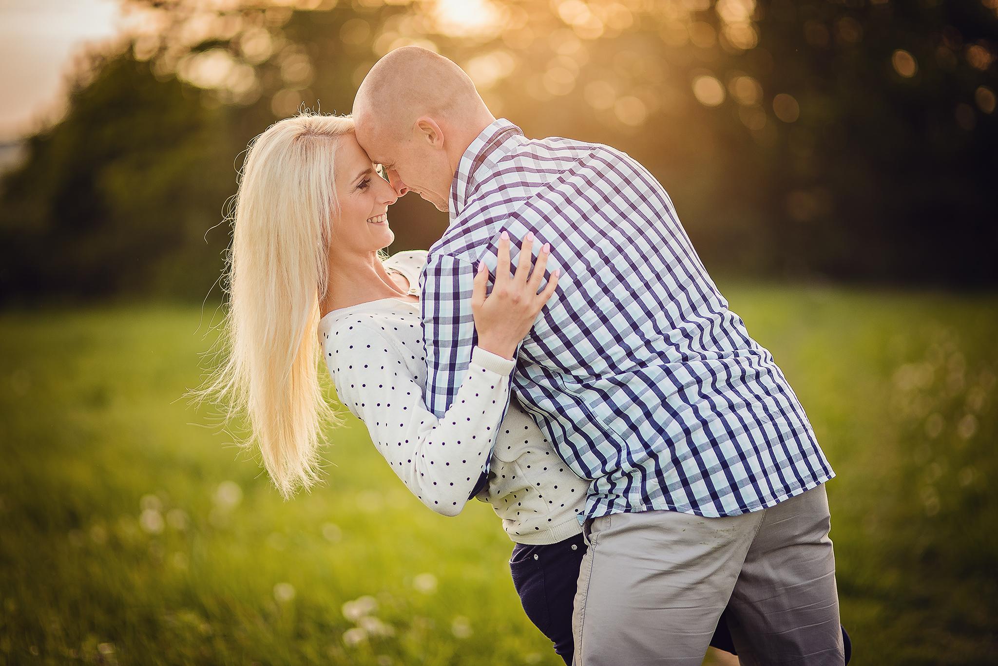 láska, príroda, love, lúka, západ slnka, sunset, romantika, úsmev, smile, radosť, zamilovaný pár