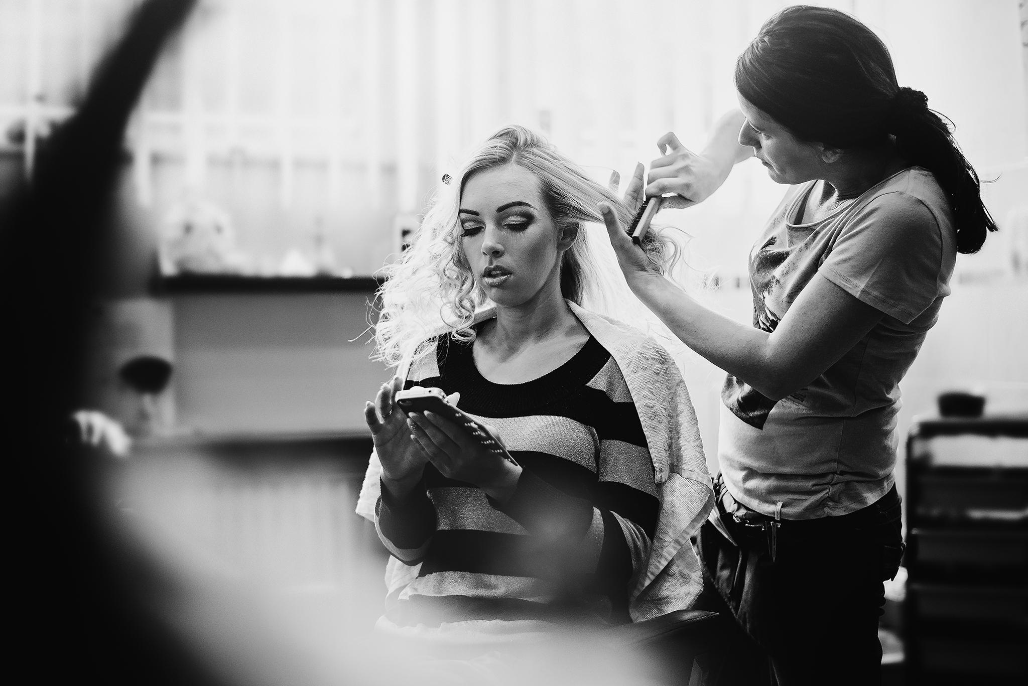 čiernobiela, nevesta u kaderníčky, prípravy, vlasy, iPhone, Bratislava, Trenčín, Žilina, Liptov, fotograf, kameraman, svadobné video