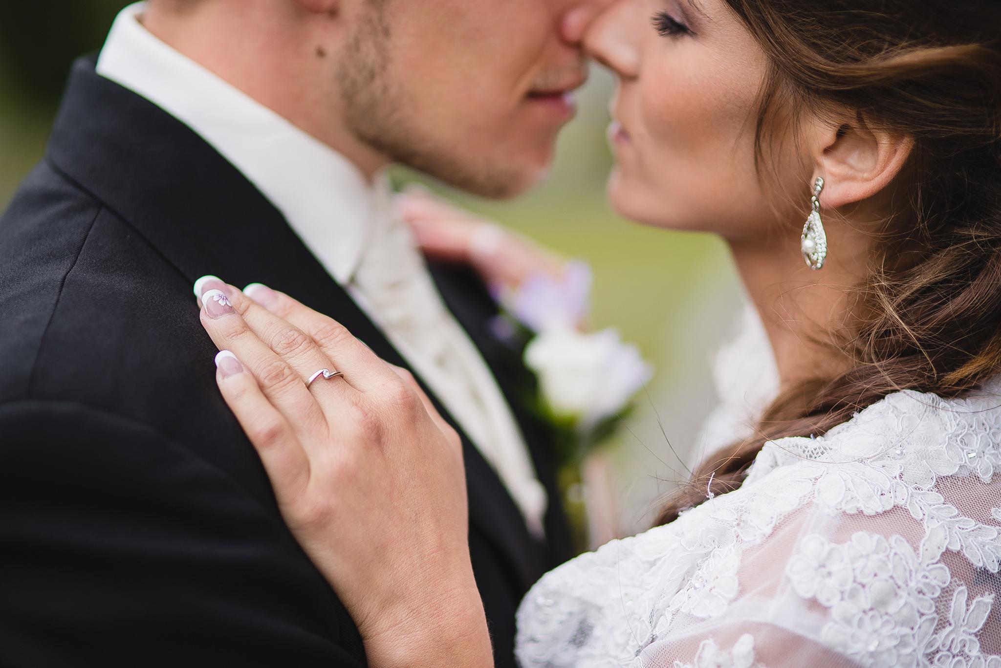 nevesta, ženích, oblek, šaty, detail, snubný prsteň, láska, príroda, love, wedding dress, Bratislava, Trenčín, Žilina, Liptov, fotograf, kameraman, svadobné video, romantika