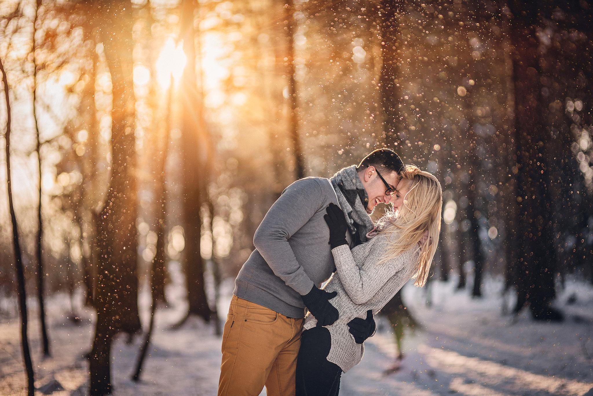 láska, príroda, love, les, západ slnka, sunset, romantika, úsmev, smile, radosť, zamilovaný pár, zima, sneh, winter