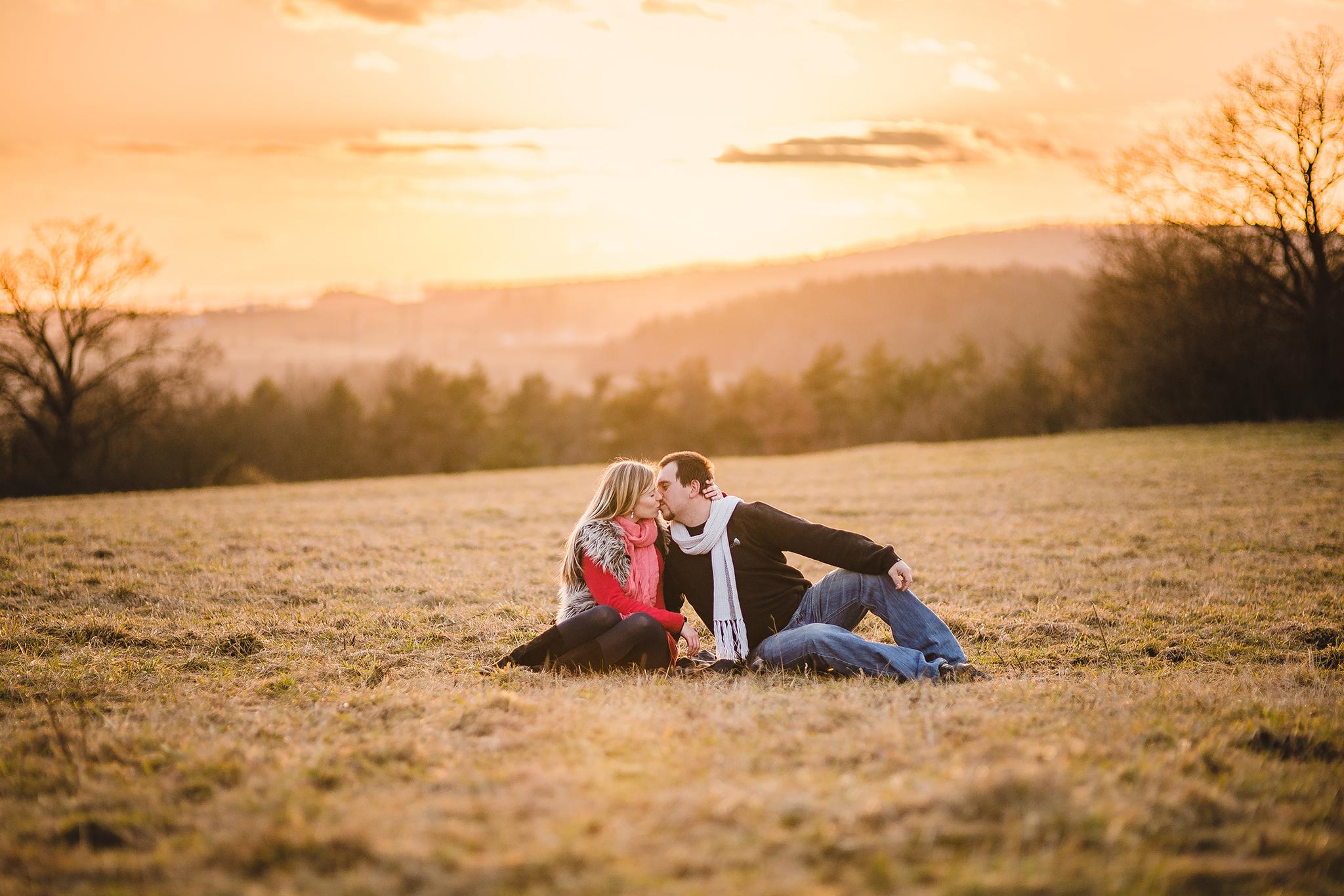 láska, príroda, love, lúka, západ slnka, sunset, romantika, bozk, pusa, kiss, zamilovaný pár