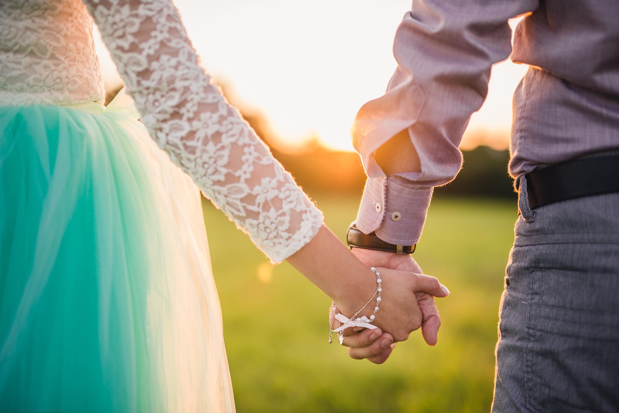 láska, príroda, love, lúka, západ slnka, sunset, romantika, zamilovaný pár, priateľstvo, náramok, ruka v ruke