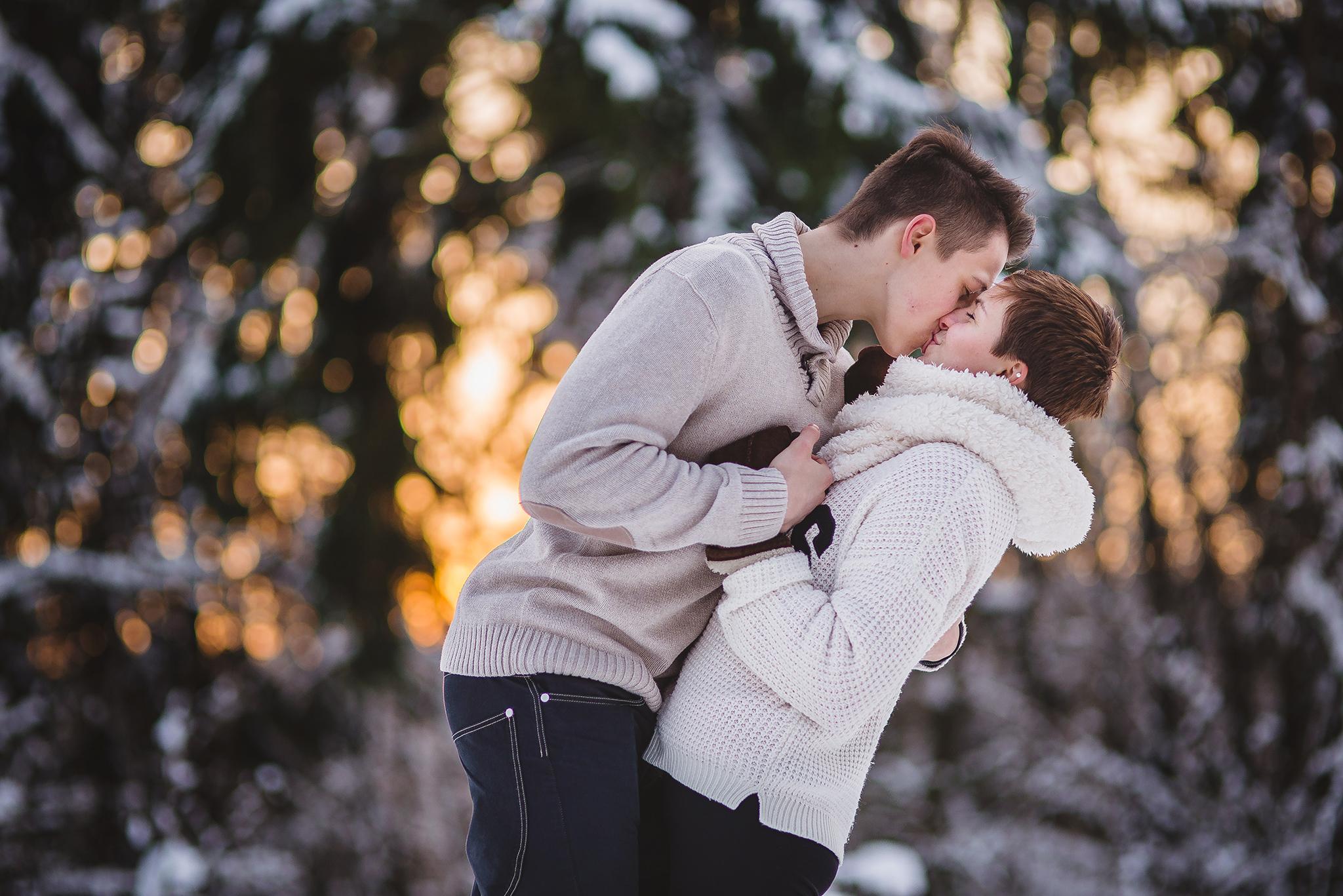 láska, príroda, love, les, západ slnka, sunset, romantika, úsmev, smile, radosť, zamilovaný pár, bozk, kiss, zima, winter