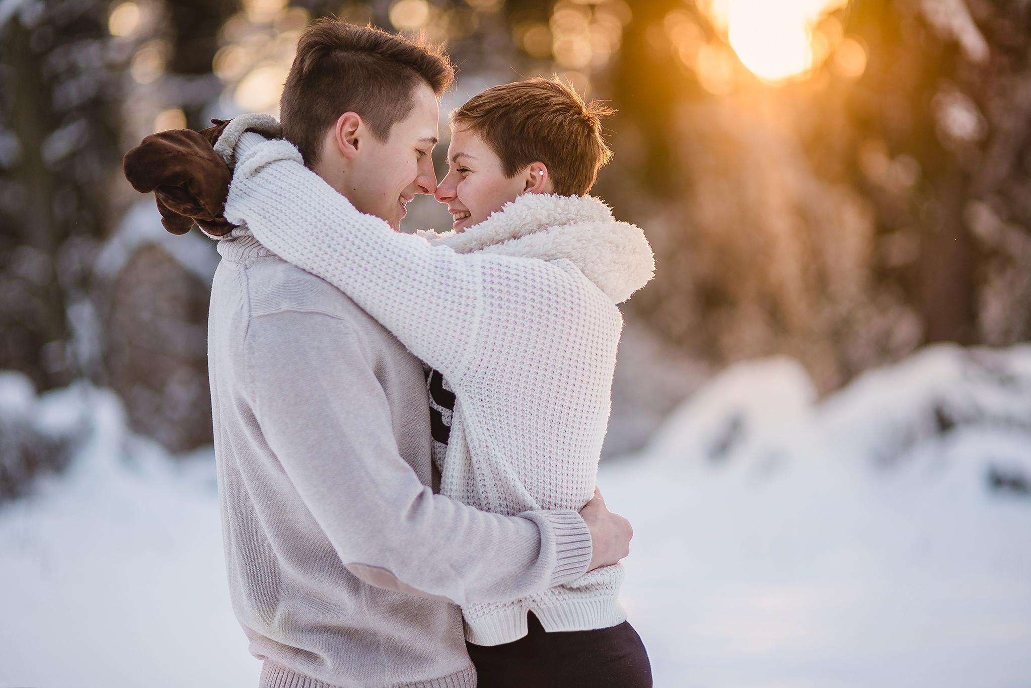 láska, príroda, love, les, západ slnka, sunset, romantika, úsmev, smile, radosť, zamilovaný pár, smiech, radosť, šťastie, zima, winter