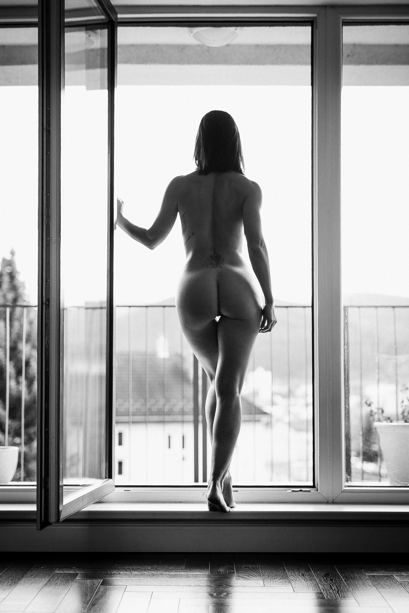 čiernobiela, akt, glamour, beauty, brunette, sexy, ráno, morning, ass, naked, nude, tattoo