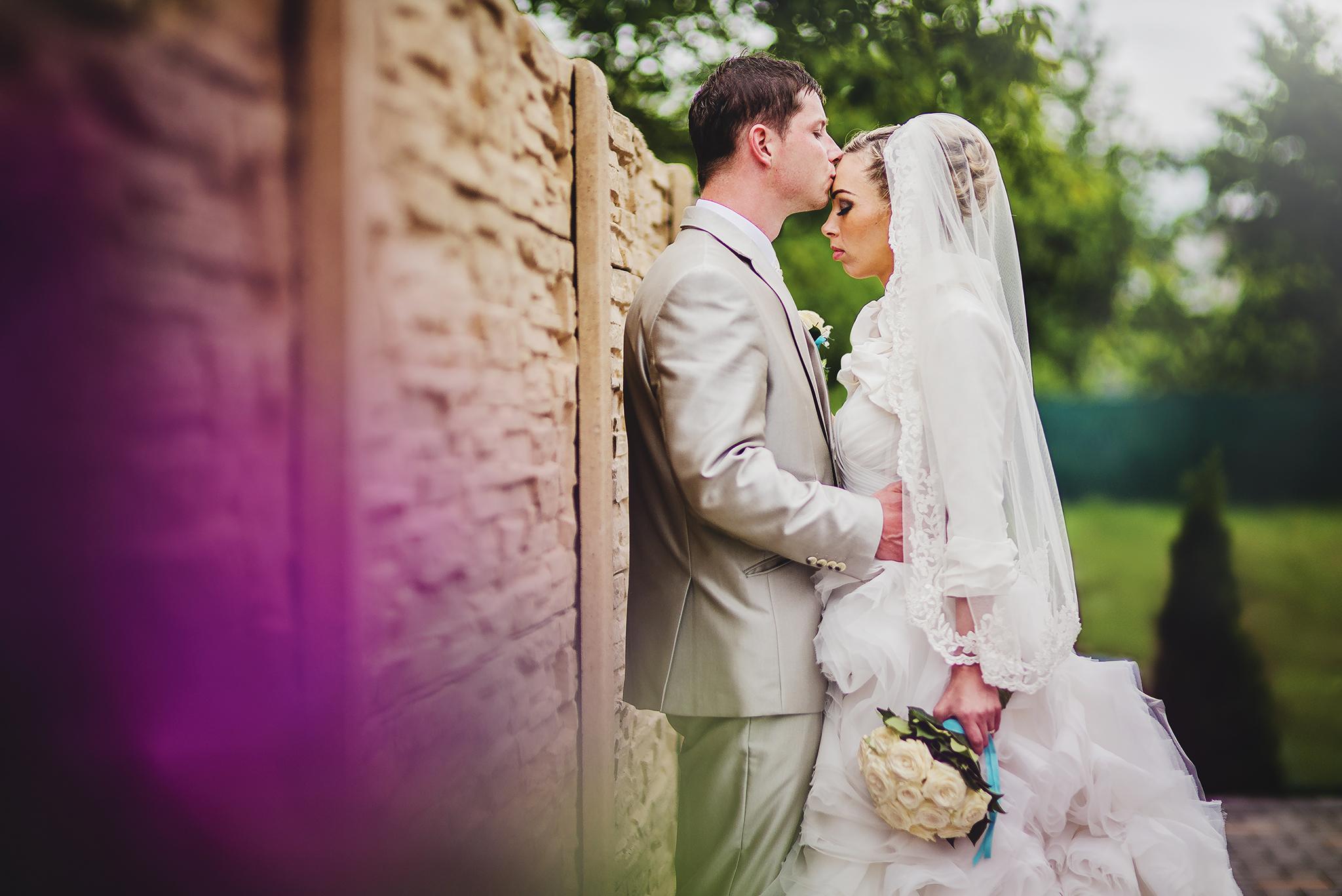 nevesta, ženích, oblek, šaty, kytica, závoj, láska, príroda, love, wedding dress, Bratislava, Trenčín, Žilina, Liptov, fotograf, kameraman, svadobné video, romantika, bozk na čelo, pusa, kiss