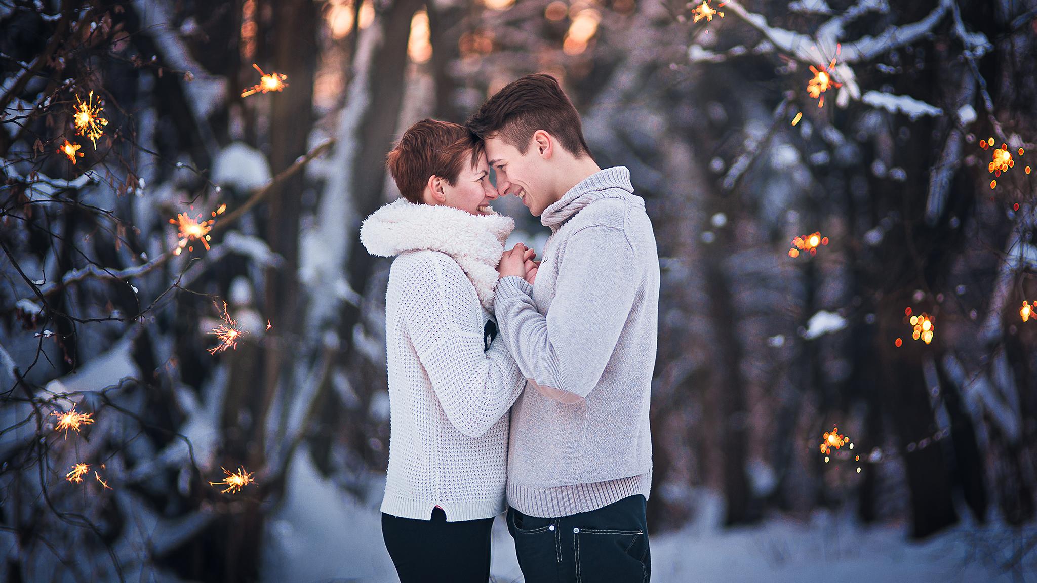 láska, príroda, love, les, západ slnka, sunset, romantika, úsmev, smile, radosť, zamilovaný pár, prskavky, zima, winter