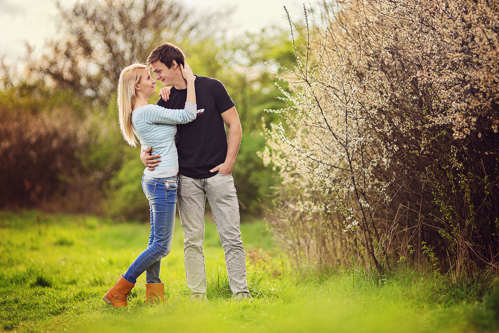 láska, príroda, love, romantika, úsmev, smile, radosť, zamilovaný pár, jar, kvety, spring