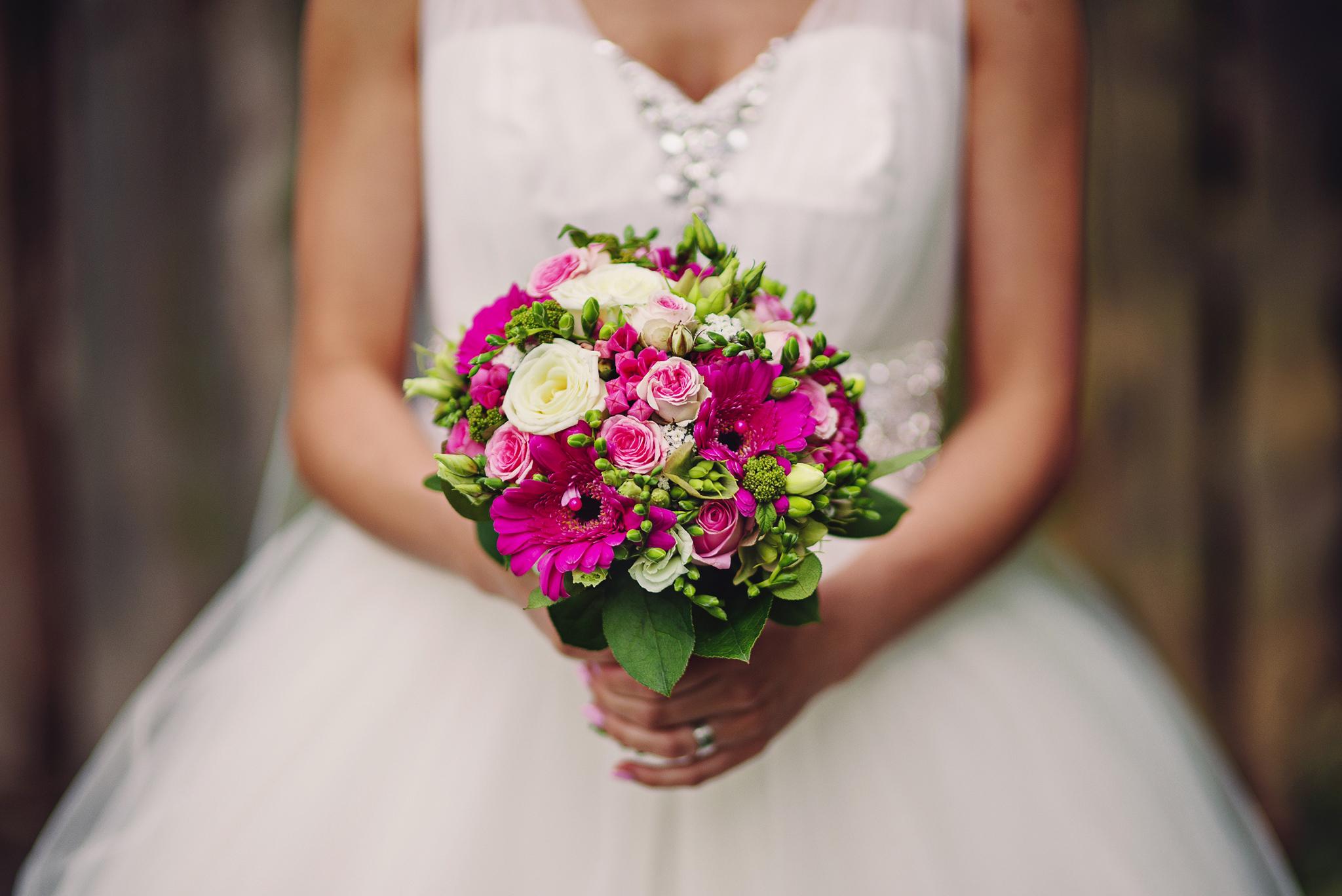 nevesta, šaty, kytica, bukréta, kvety, wedding dress, Bratislava, Trenčín, Žilina, Liptov, fotograf, kameraman, svadobné video, romantika