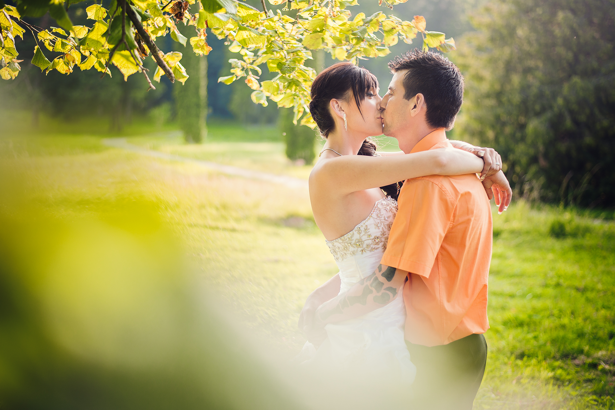 nevesta, ženích, košeľa, šaty, láska, príroda, listy, stromy, love, wedding dress, Bratislava, Trenčín, Žilina, Liptov, fotograf, kameraman, svadobné video, západ slnka, sunset, romantika, bozk, pusa, kiss