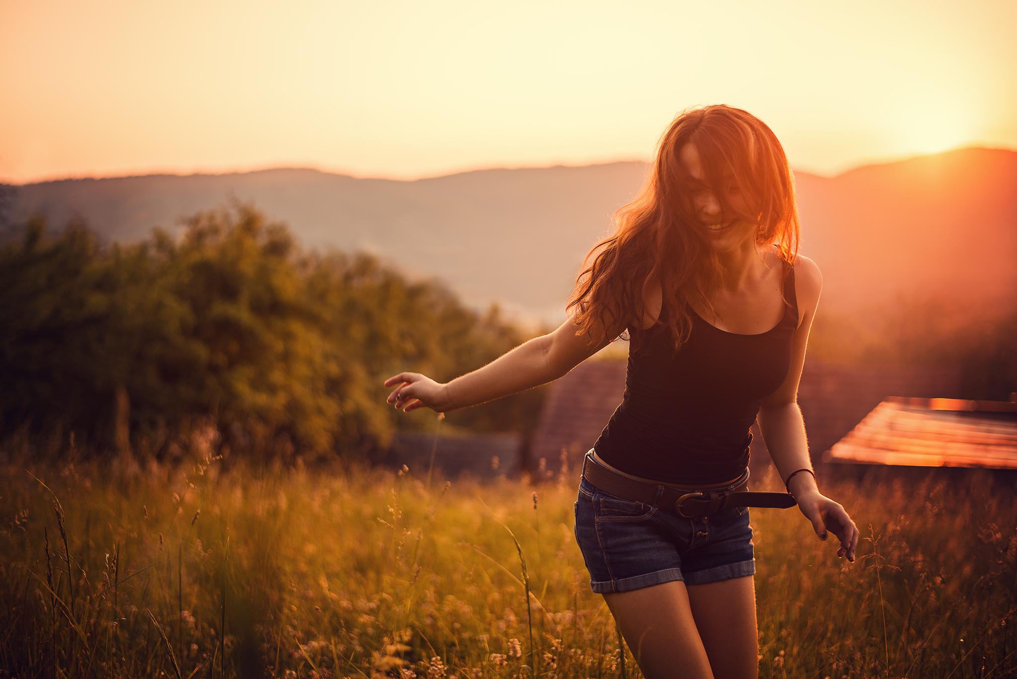 západ slnka, sunset, radosť, happiness, bláznivá, crazy, lúka, moment