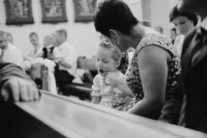 čiernobiela, láska, deti na svadbe, love, hostia, momentka, Bratislava, Trenčín, Žilina, Liptov, fotograf, kameraman, svadobné video, emócia, únava, kostol, obrad, dlhá omša