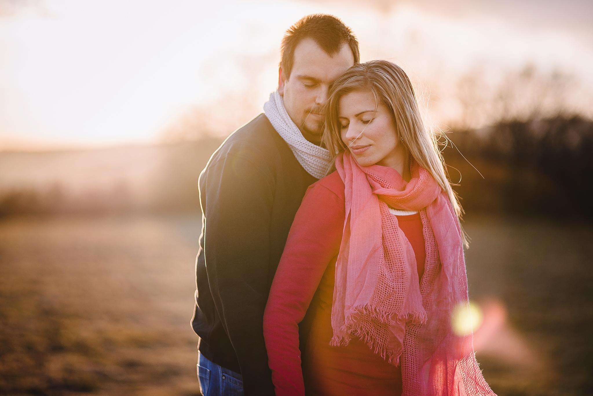 láska, príroda, love, lúka, západ slnka, sunset, romantika, úsmev, radosť, zamilovaný pár