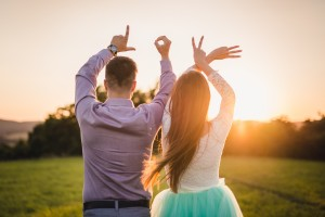 láska, príroda, love, lúka, západ slnka, sunset, romantika, zamilovaný pár, odzadu, zozadu