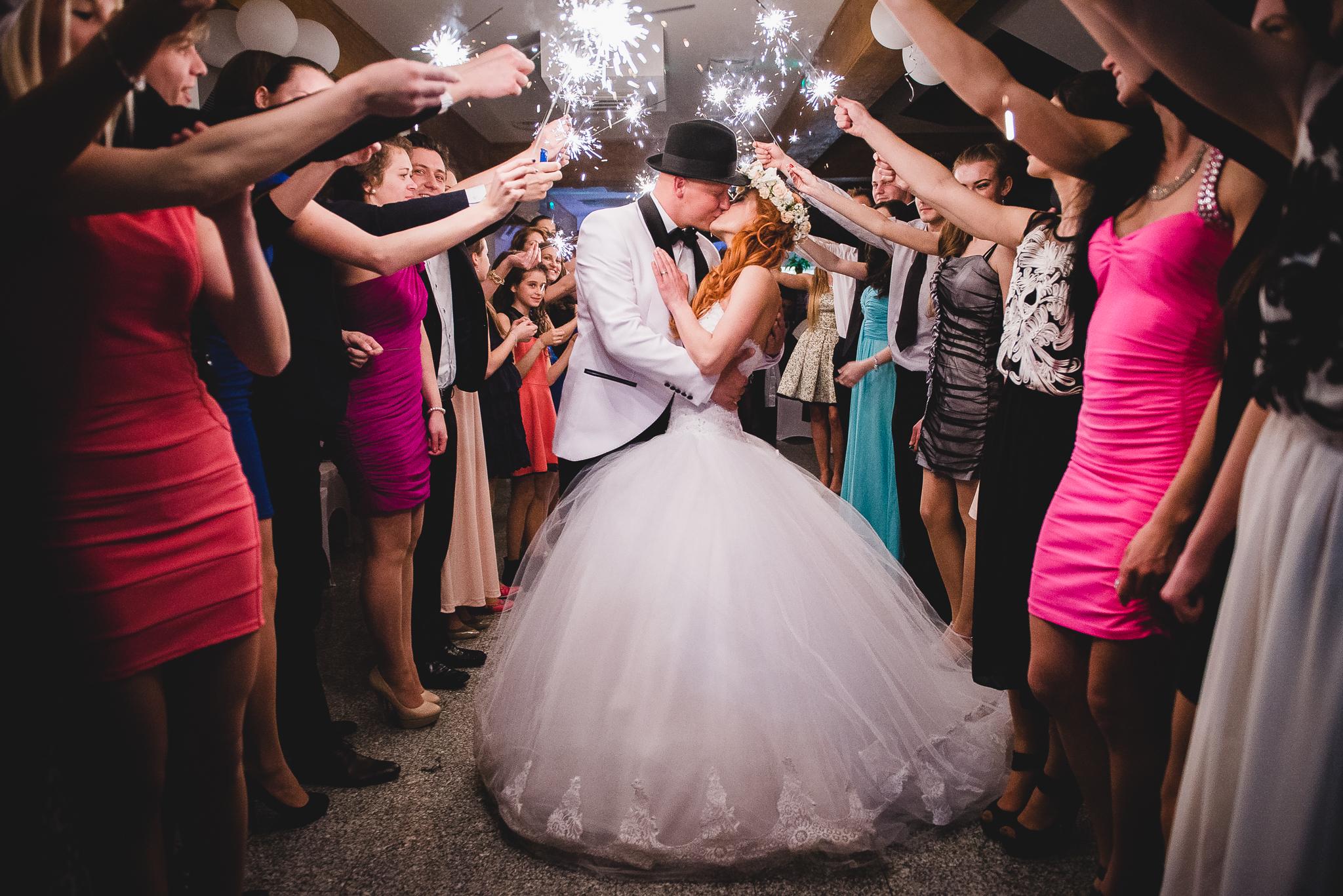 ženích, nevesta, šaty, prskavky, svetielka, romantika, svadobní hostia, tma, noc, bozk