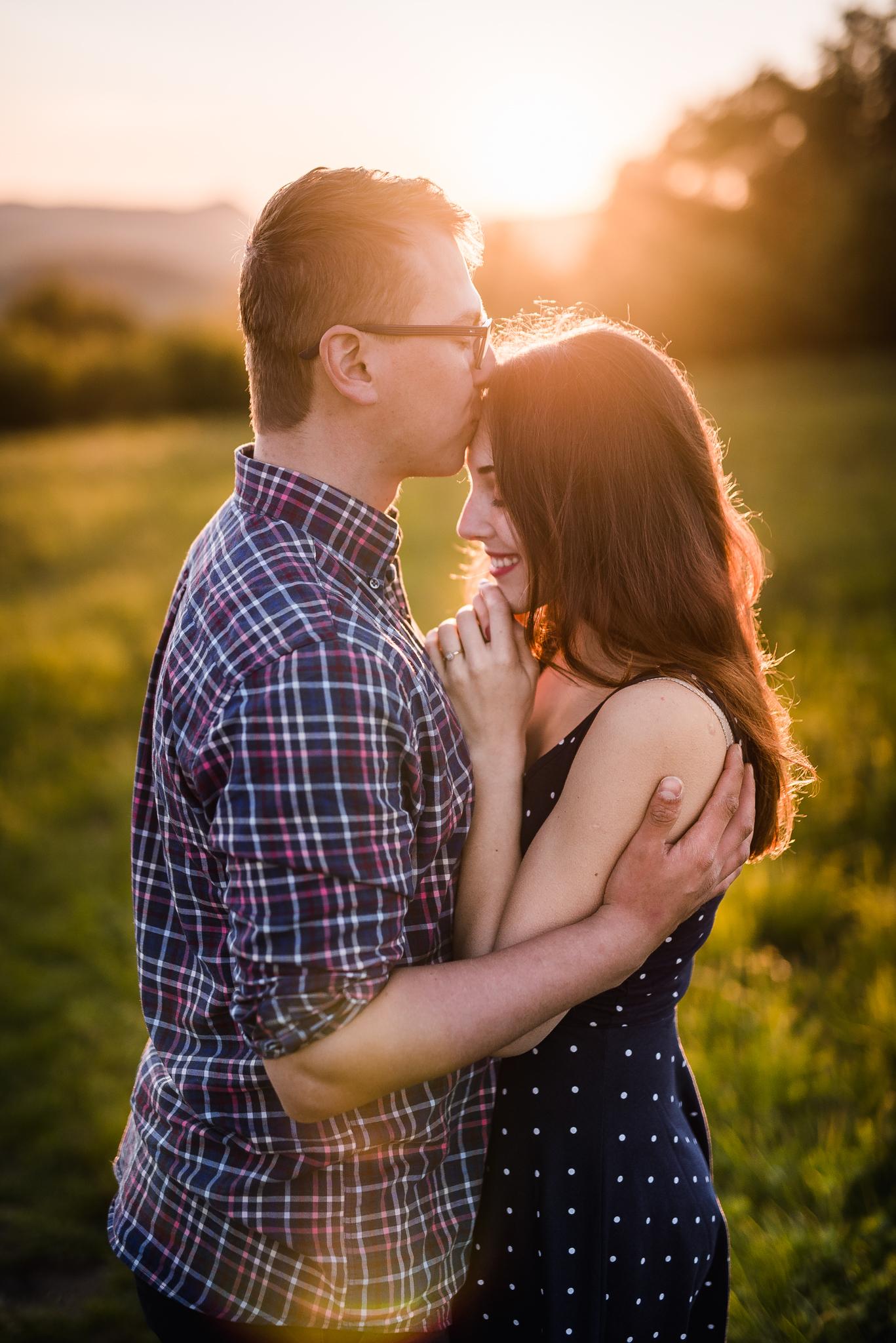 láska, príroda, lúka, západ slnka, sunset, romantika, úsmev, smile, radosť, zamilovaný pár, kofola, bozk na čelo