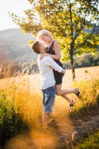 láska, radosť, momentka, smiech, úsmev, pár, západ slnka, protisvetlo, príroda, šťastie, portrét, Bratislava
