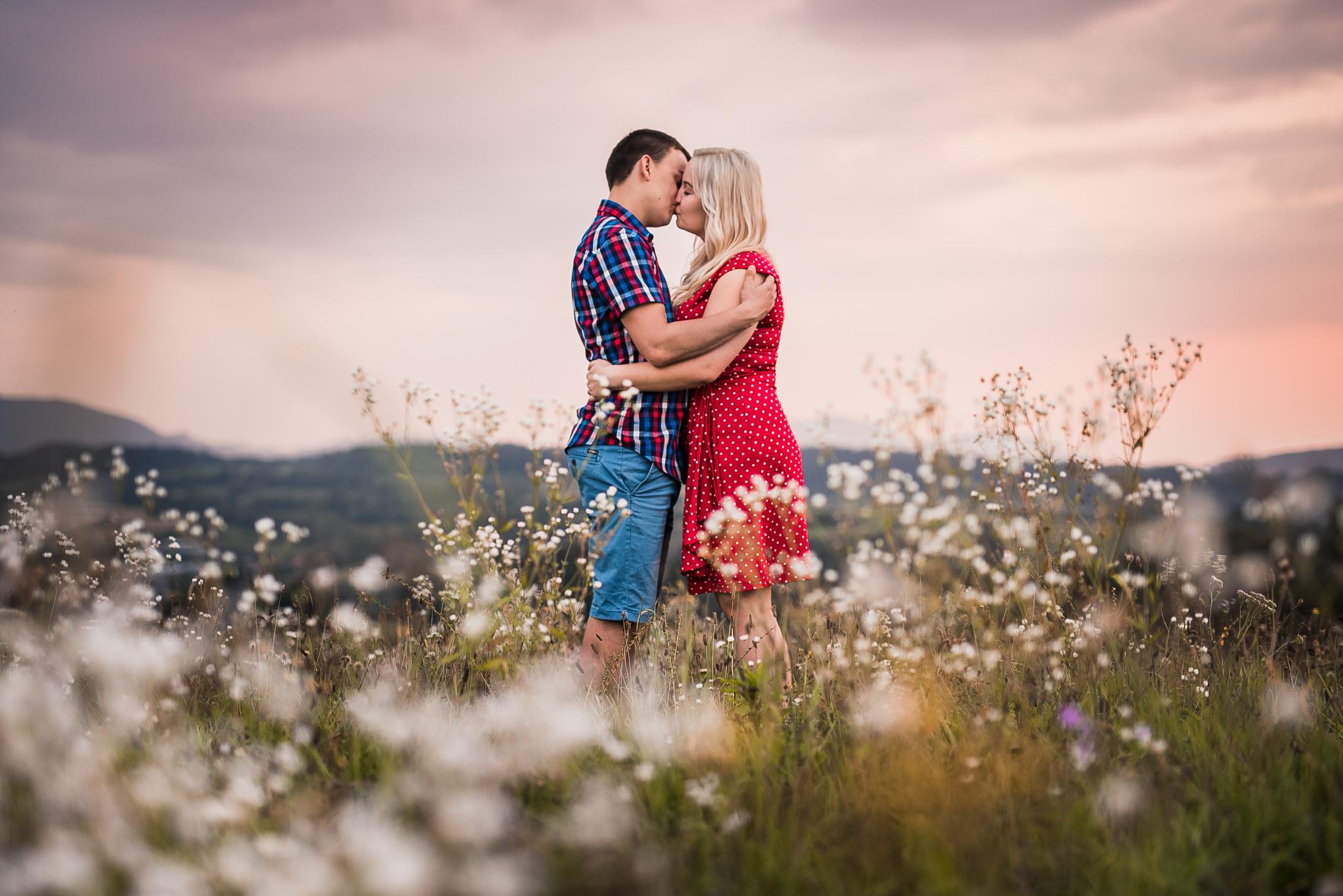 pár, láska, bozk, lúka, kvety, Bratislava