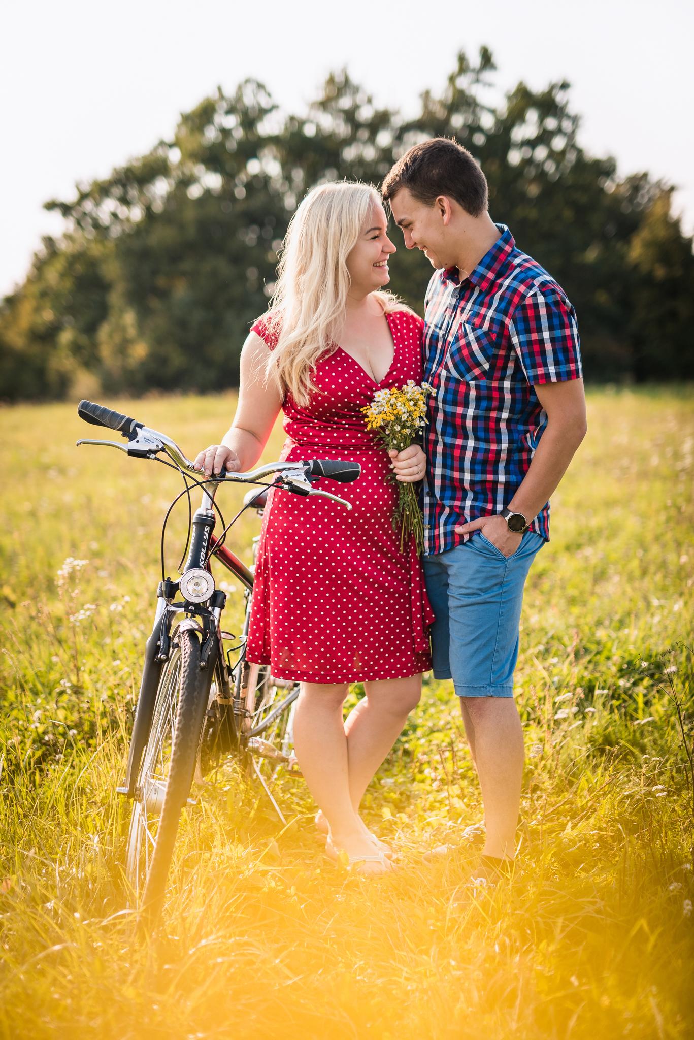 pár, kvety, lúka, láska, úsmev, smiech, romantika, retro, bicykel, bike