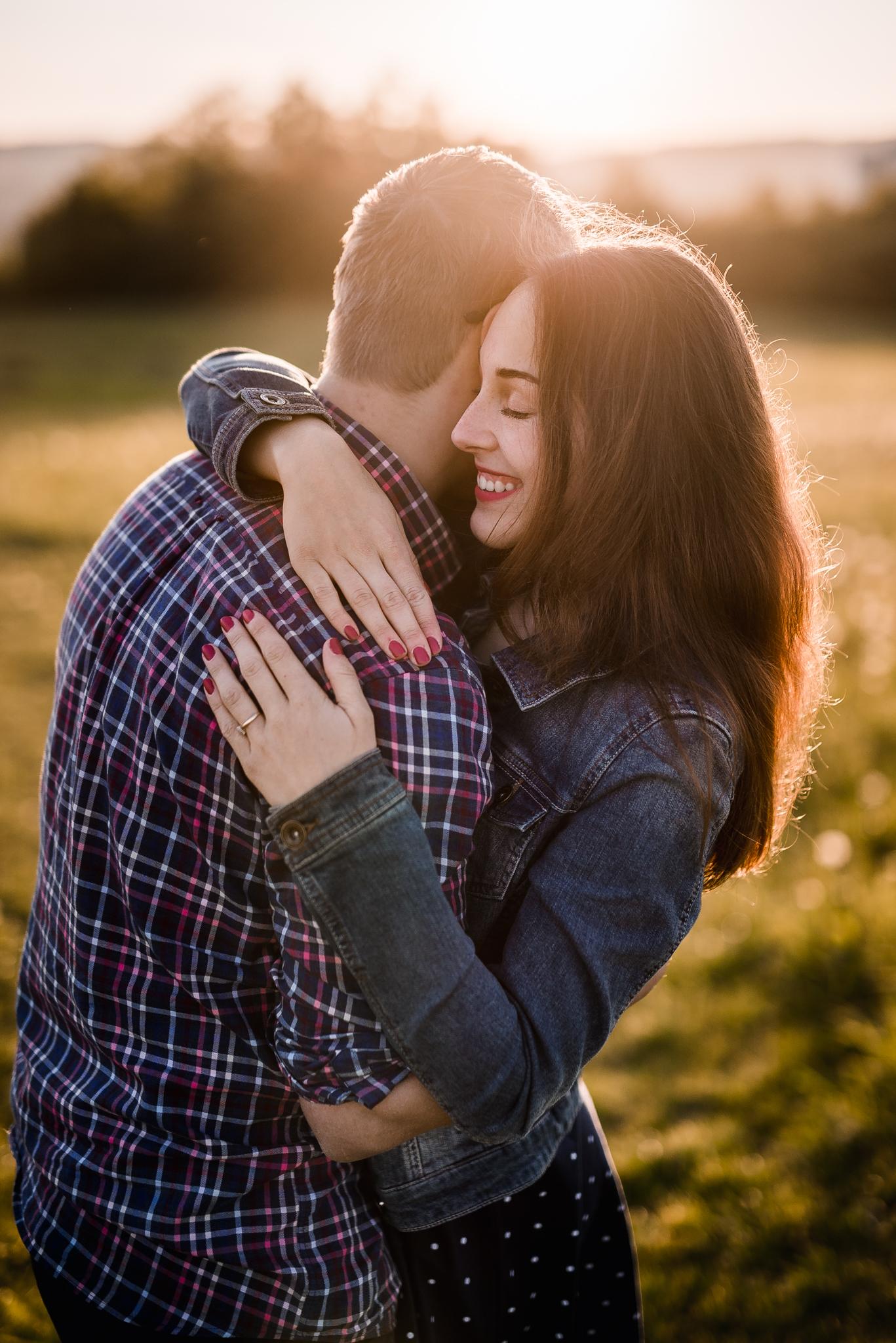 láska, príroda, lúka, západ slnka, sunset, romantika, úsmev, smile, radosť, zamilovaný pár, kofola, objatie