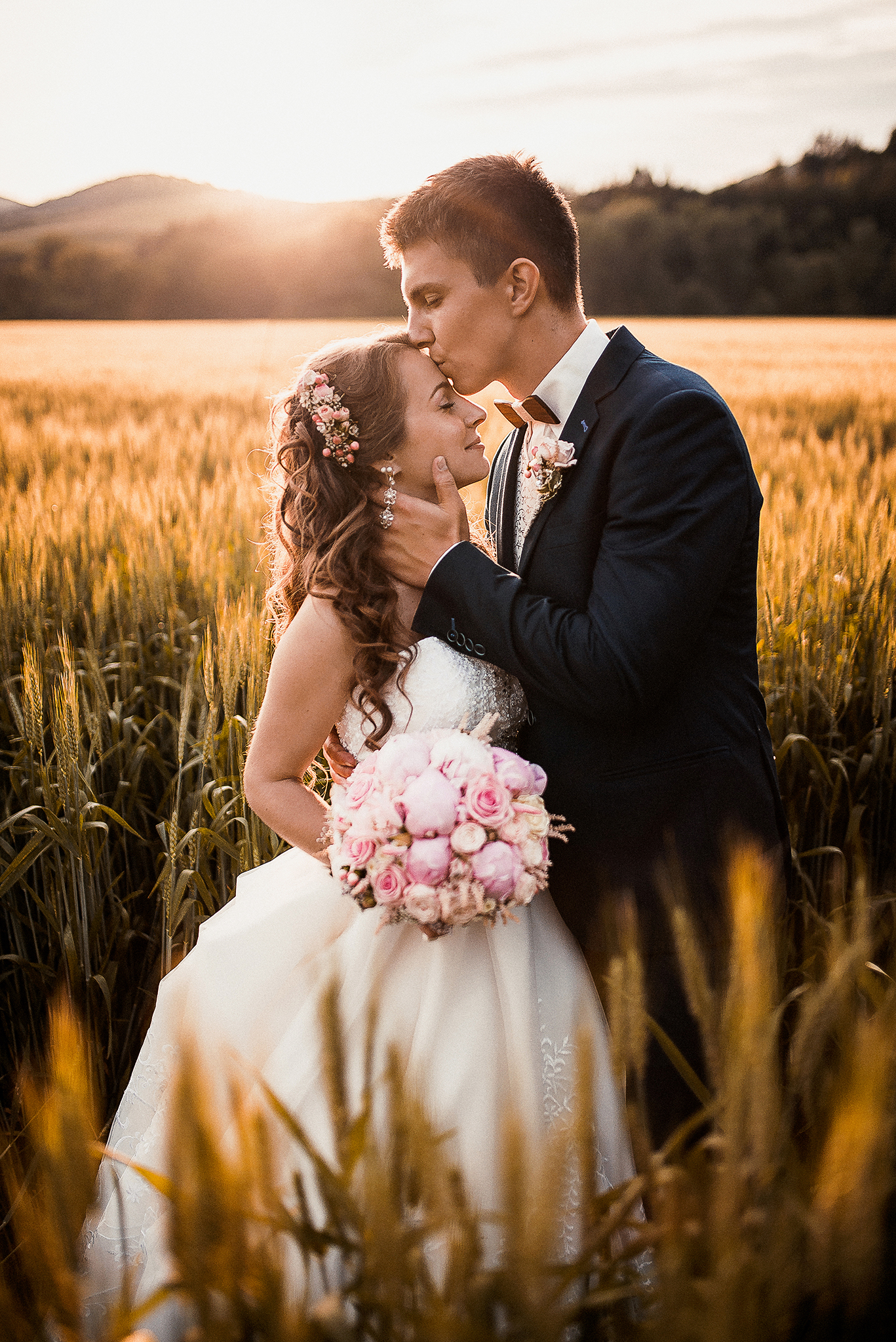 Rajecké Teplice, pole, klasy, obilie, ženích, nevesta, západ slnka, romantika, bozk na čelo, láska, svadobná kytica, kvety, príroda, Žilina, Bratislava