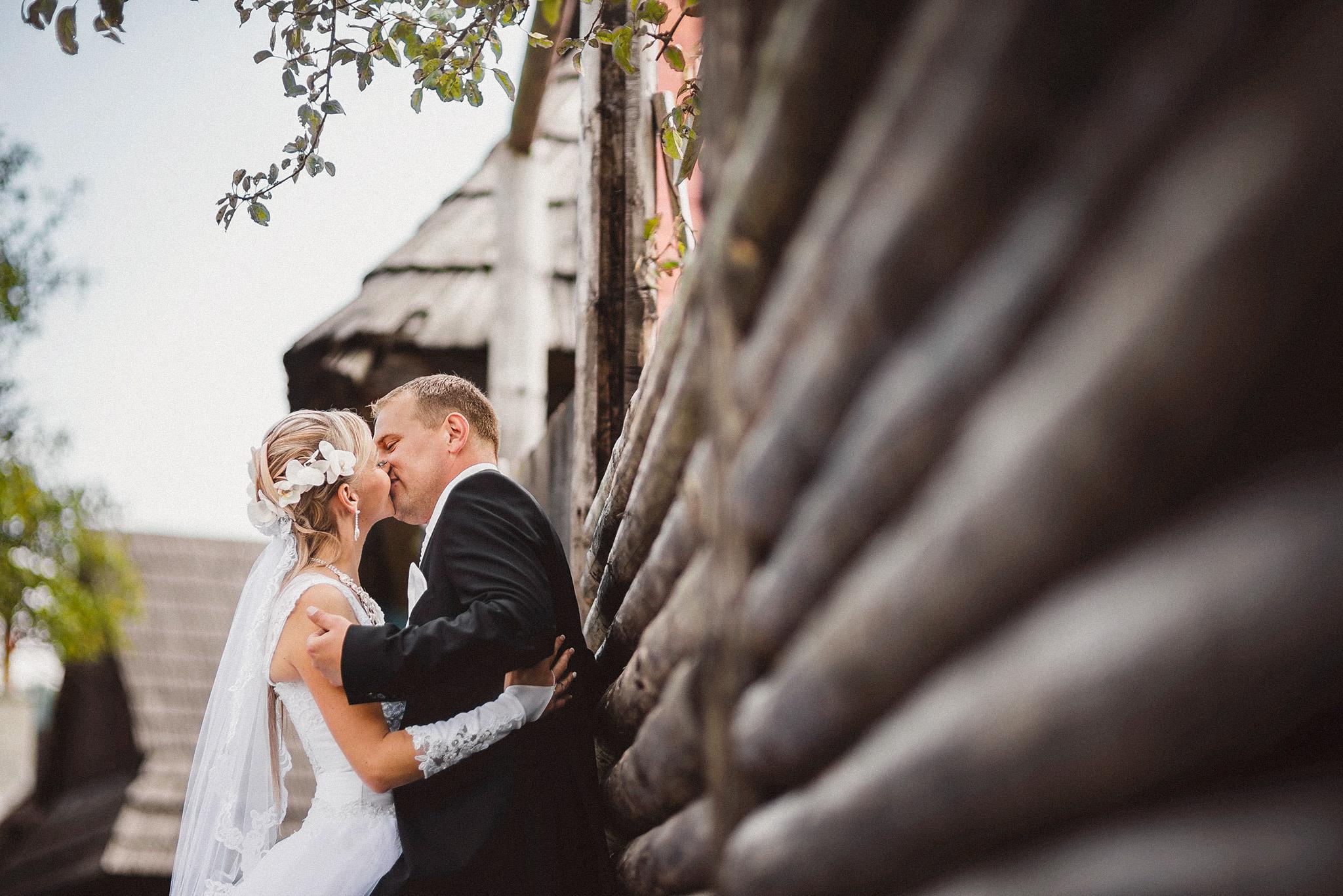 nevesta, ženích, oblek, šaty, drevo, závoj, láska, príroda, love, wedding dress, Bratislava, Trenčín, Žilina, Liptov, fotograf, kameraman, svadobné video, romantika, bozk, pusa, kiss