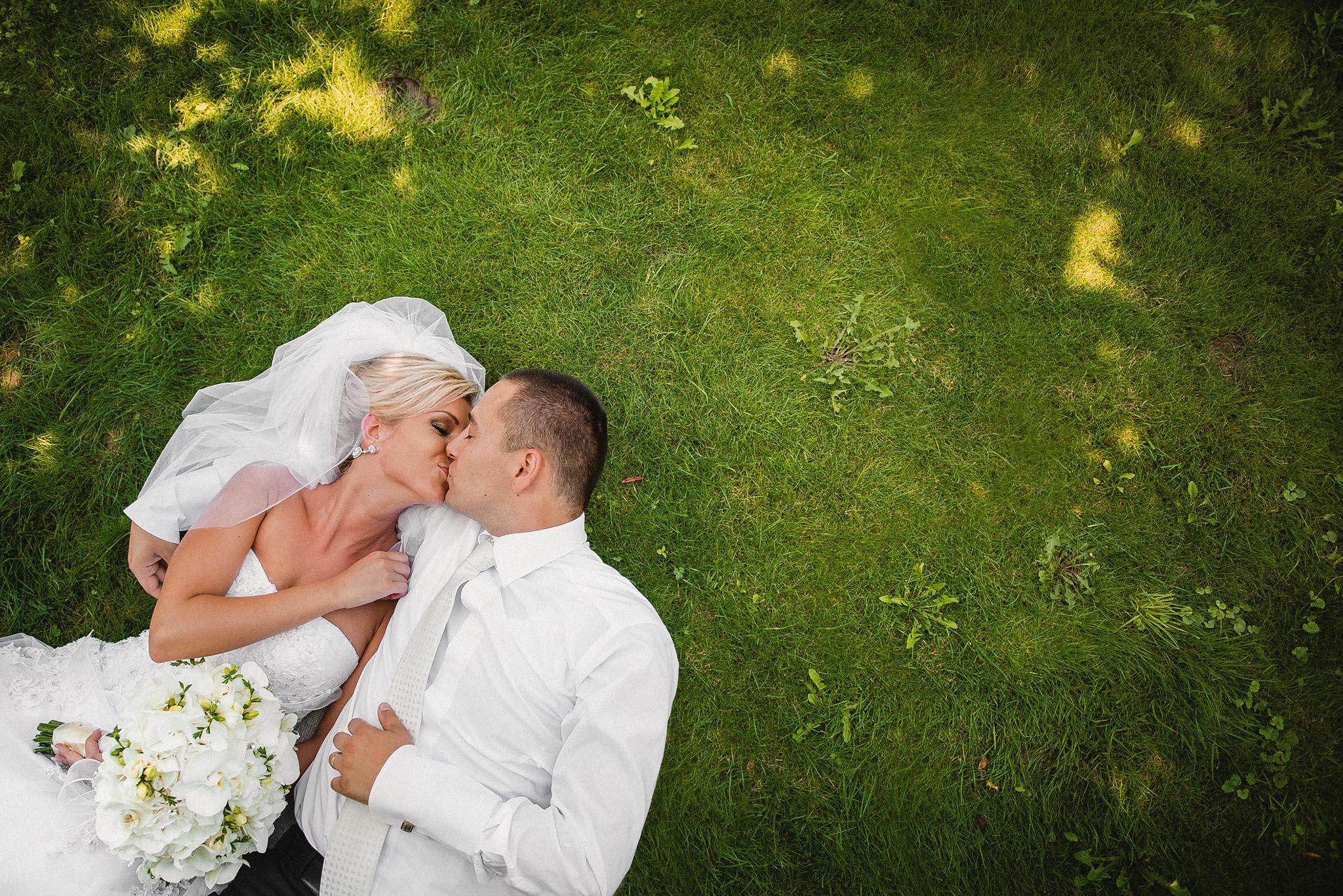 nevesta, ženích, oblek, šaty, kytica, závoj, láska, príroda, love, wedding dress, Bratislava, Trenčín, Žilina, Liptov, fotograf, kameraman, svadobné video, romantika, v tráve, bozk, pusa, kiss