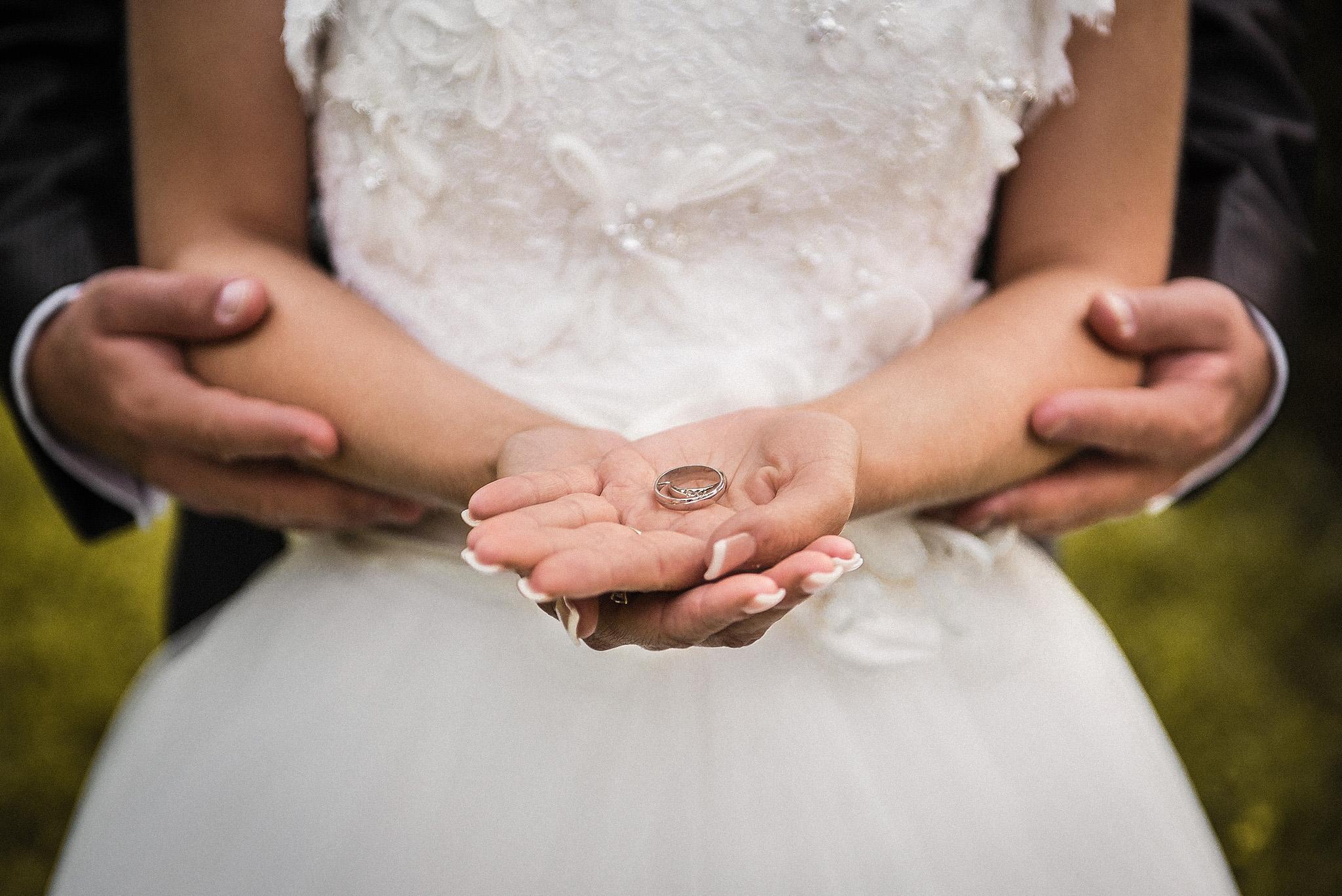 nevesta, ženích, šaty, obrúčky, prstienky, láska, príroda, love, rings, wedding dress, Bratislava, Trenčín, Žilina, Liptov, fotograf, kameraman, svadobné video, romantika