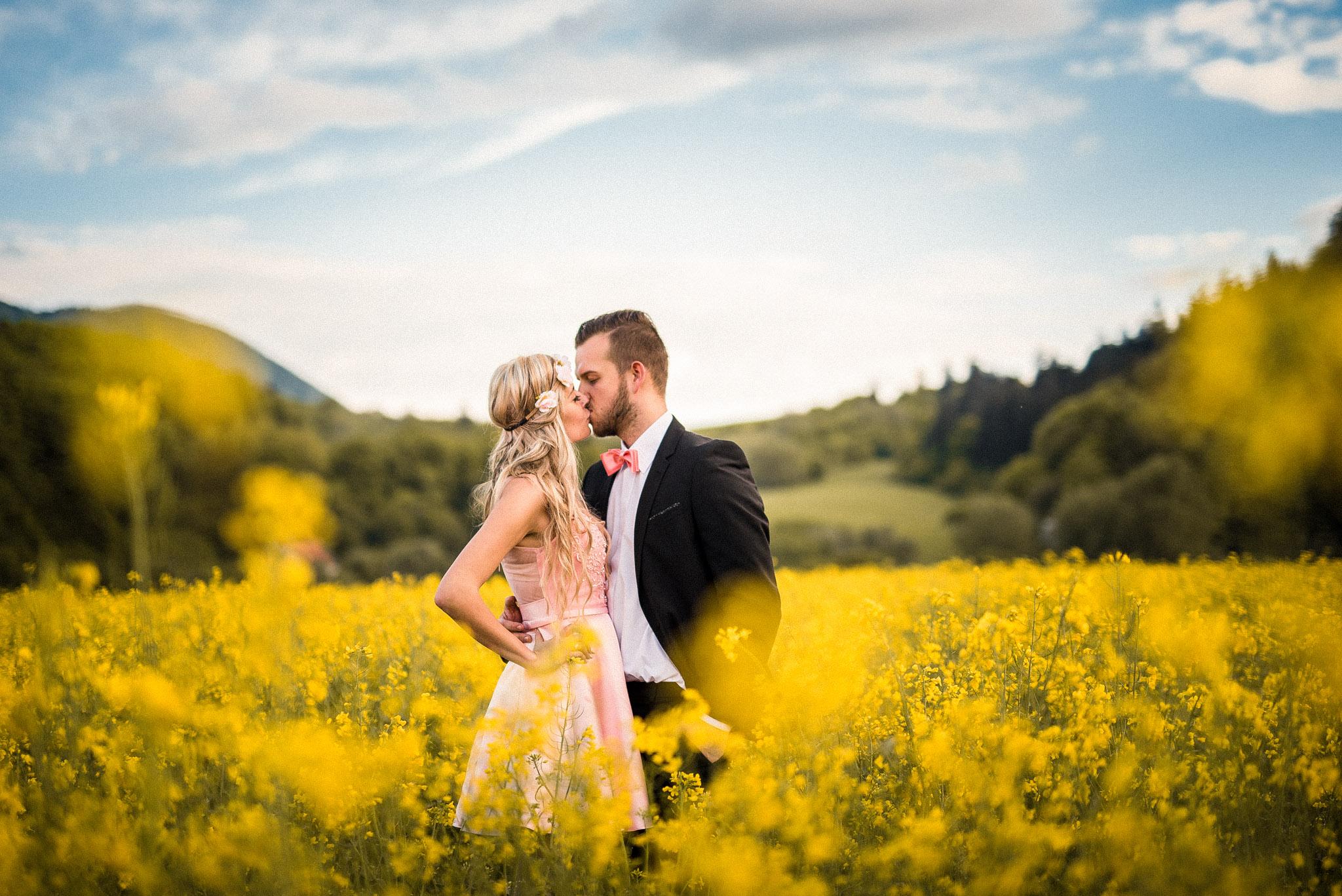 pár, láska, repka olejná, žlté kvety, pole, bozk