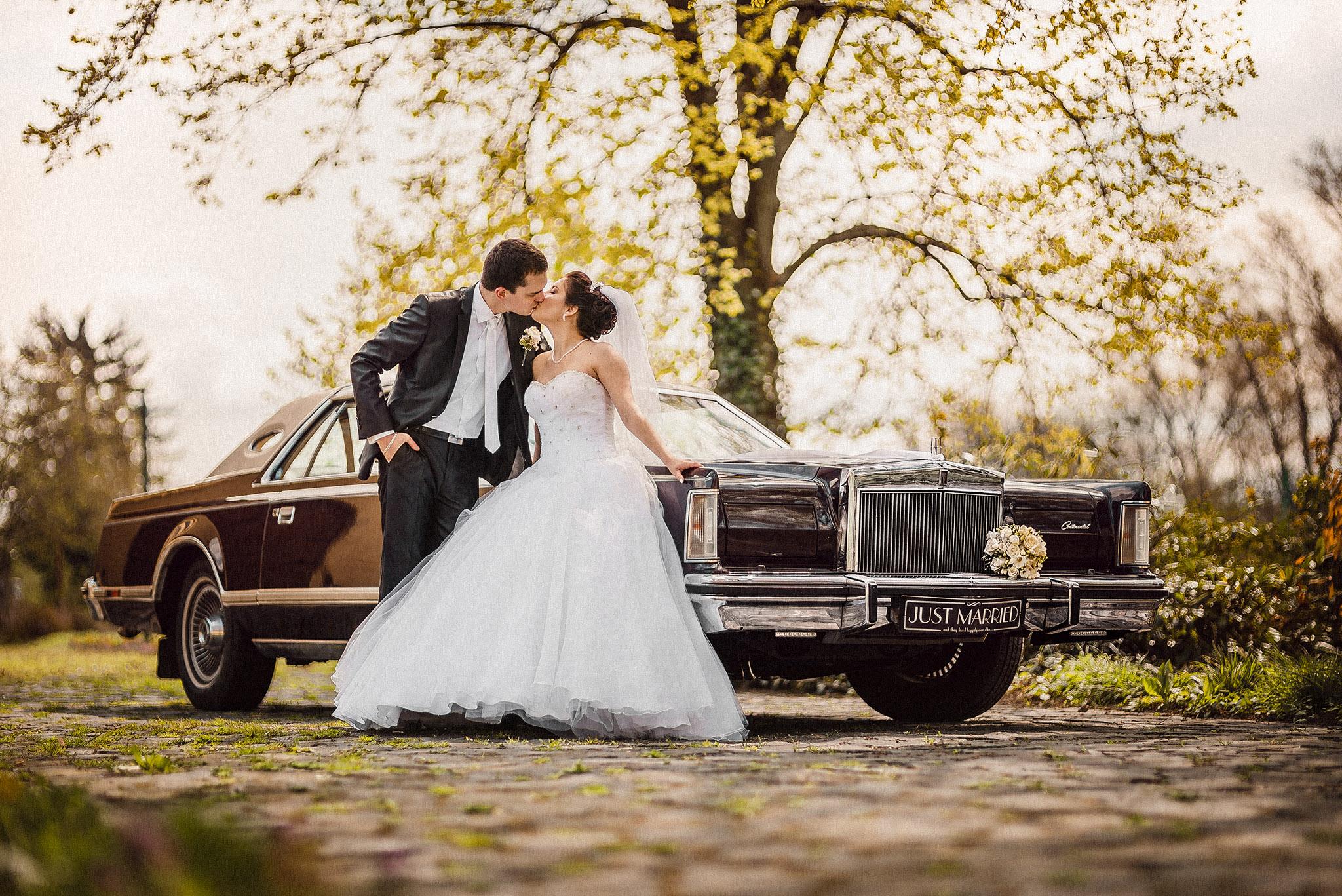 nevesta, ženích, šaty, svadobné auto, bozk, pusa