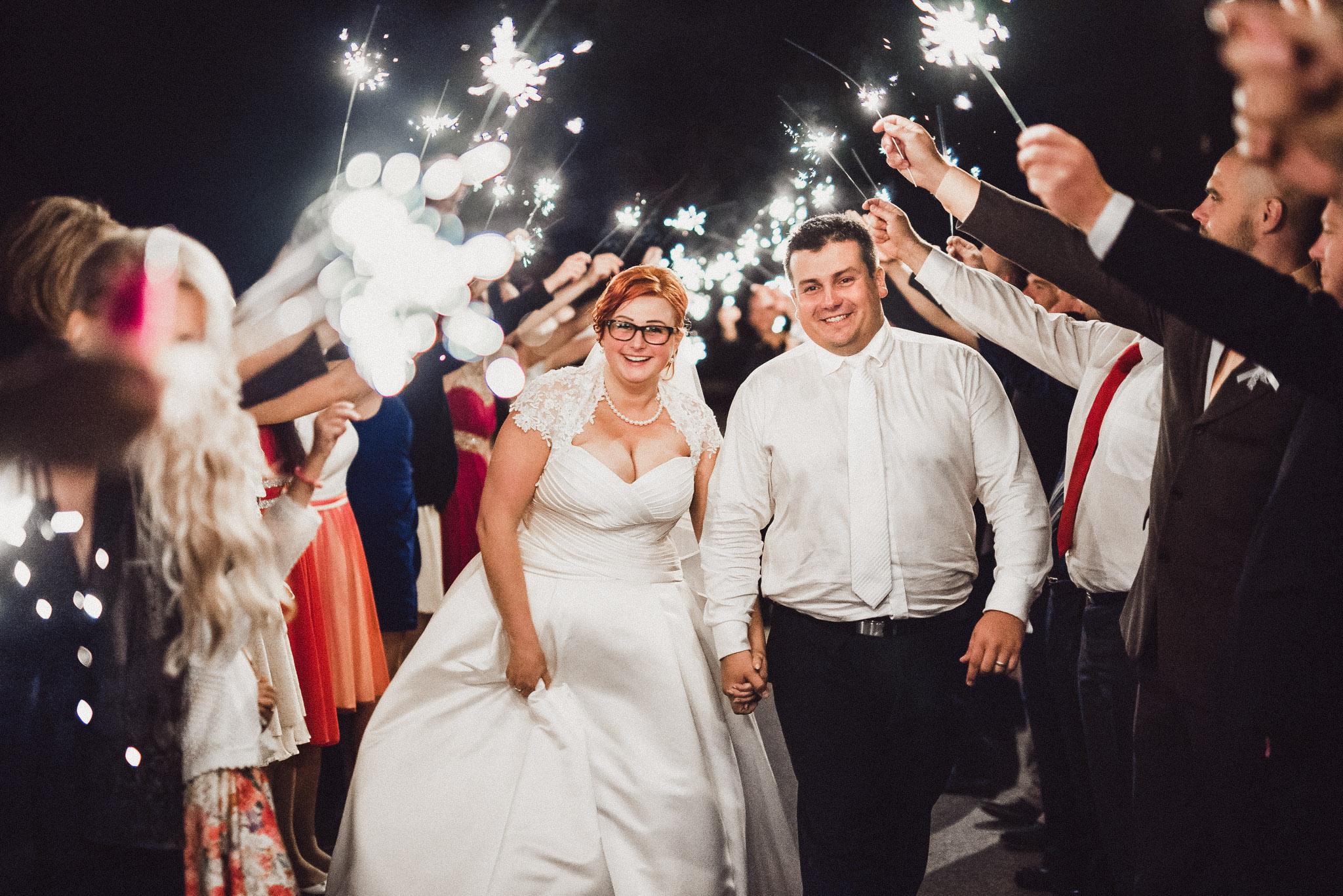 ženích, nevesta, šaty, prskavky, svetielka, romantika, svadobní hostia, tma, noc, emócia, radosť, šťastie, zábava