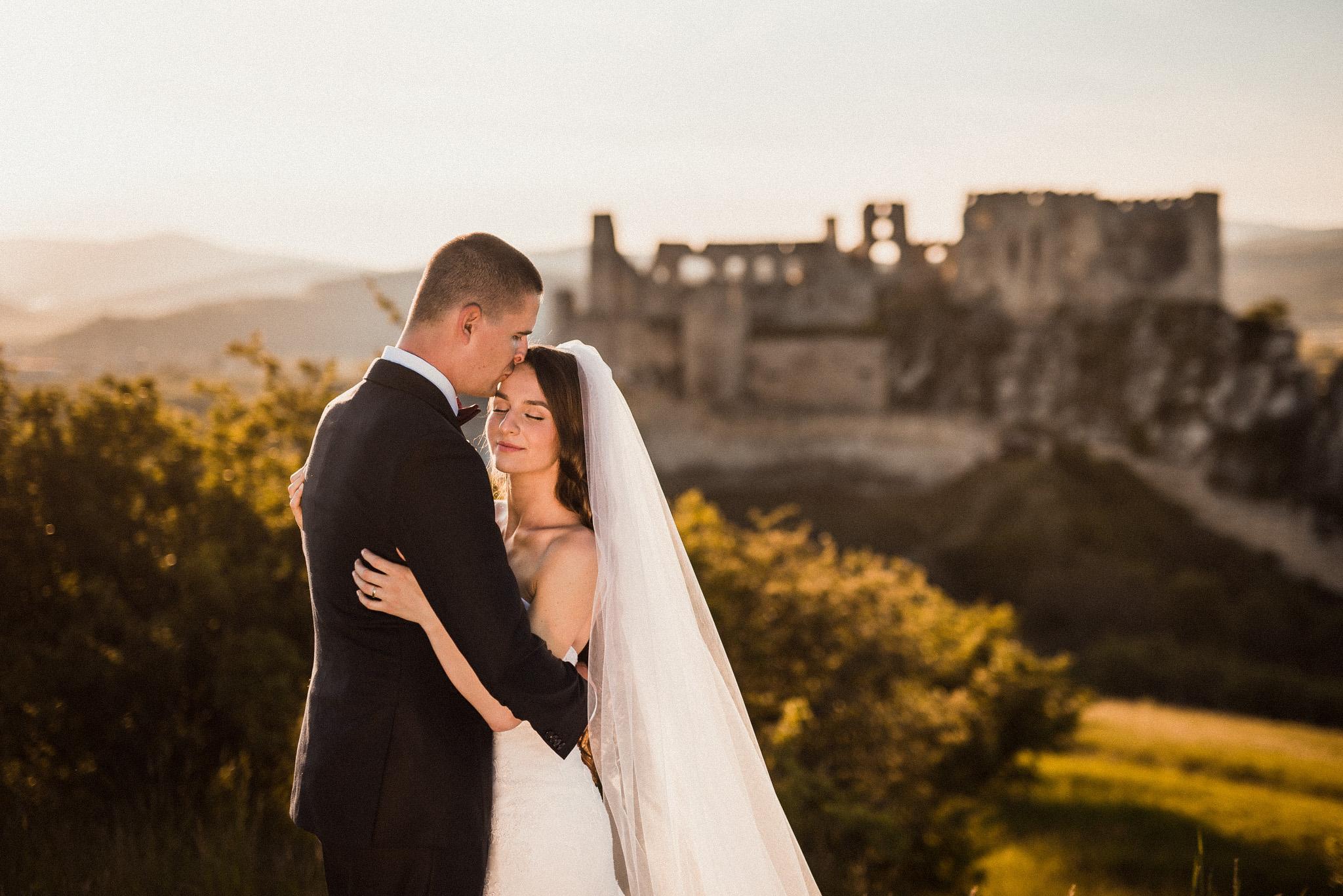 hrad Beckov, dlhý závoj, ženích, nevesta, západ slnka, romantika, bozk, láska
