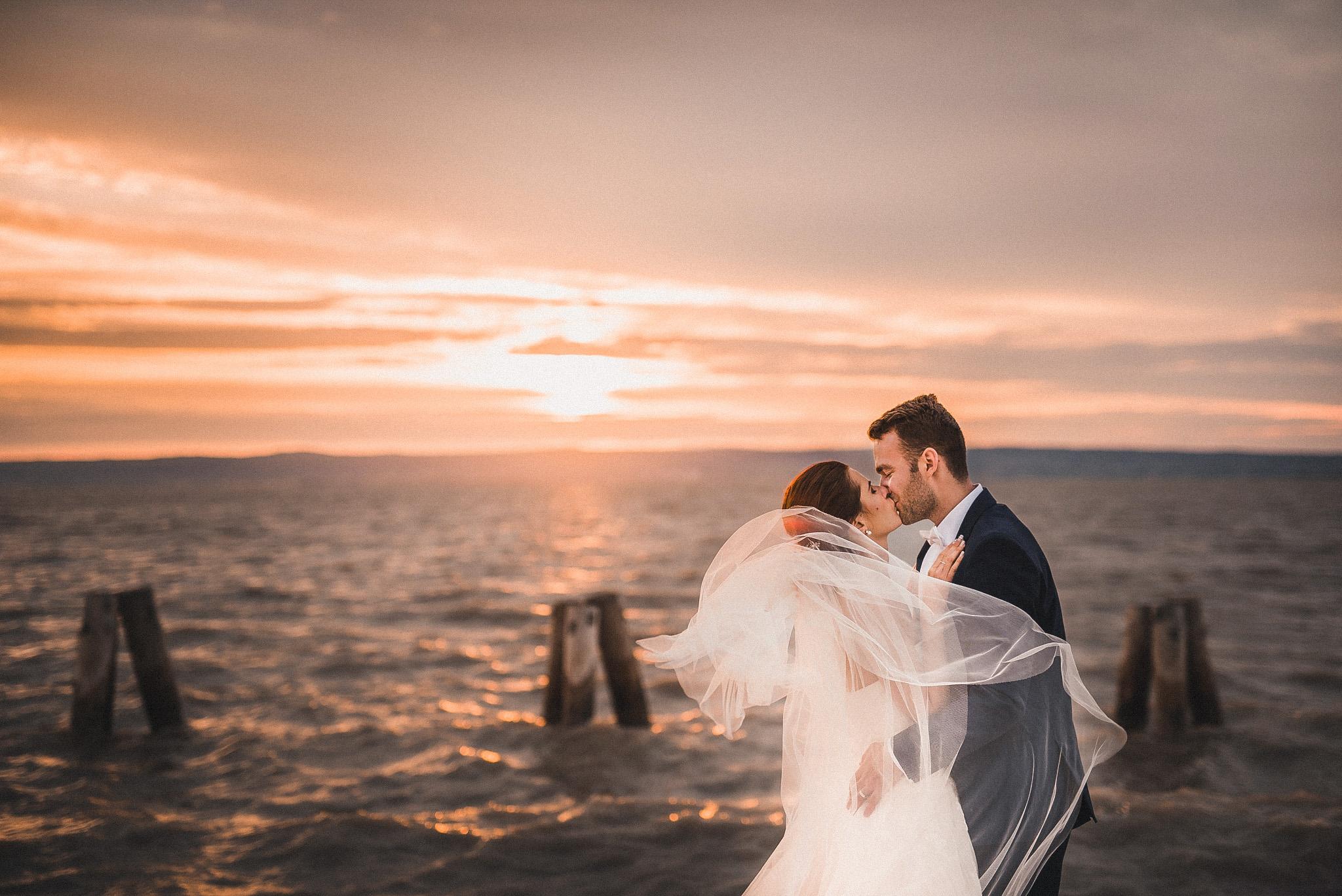 more, oceán, jazero, ženích, nevesta, závoj, vietor, bozk, pusa, západ slnka, sunset, Podersdorf, Rakúsko, svadobná cesta, romantika, láska