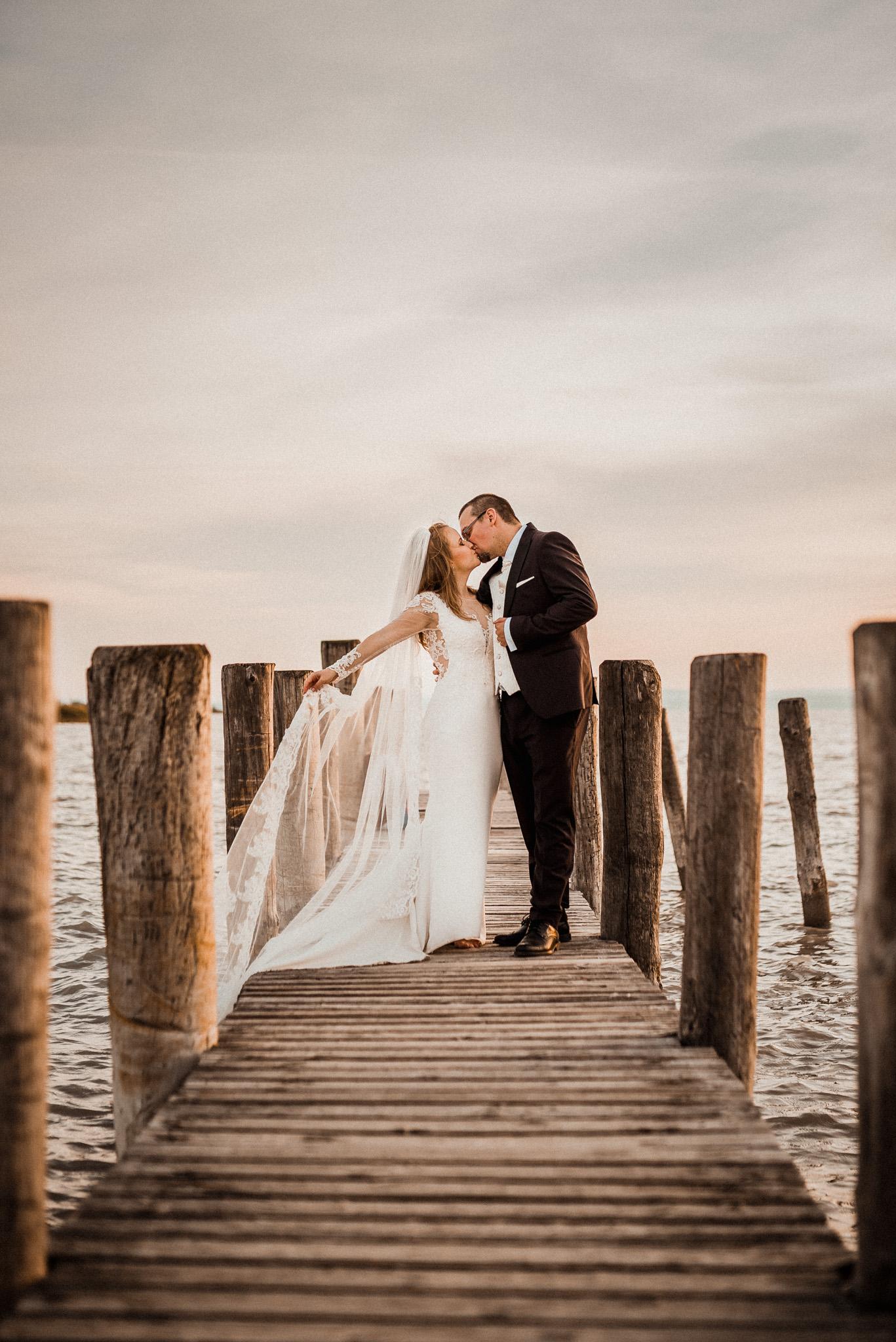 Podersdorf, Rakúsko, ženích, nevesta, maják, obloha, západ slnka, mólo, more, jazero, voda, láska, romantická foto