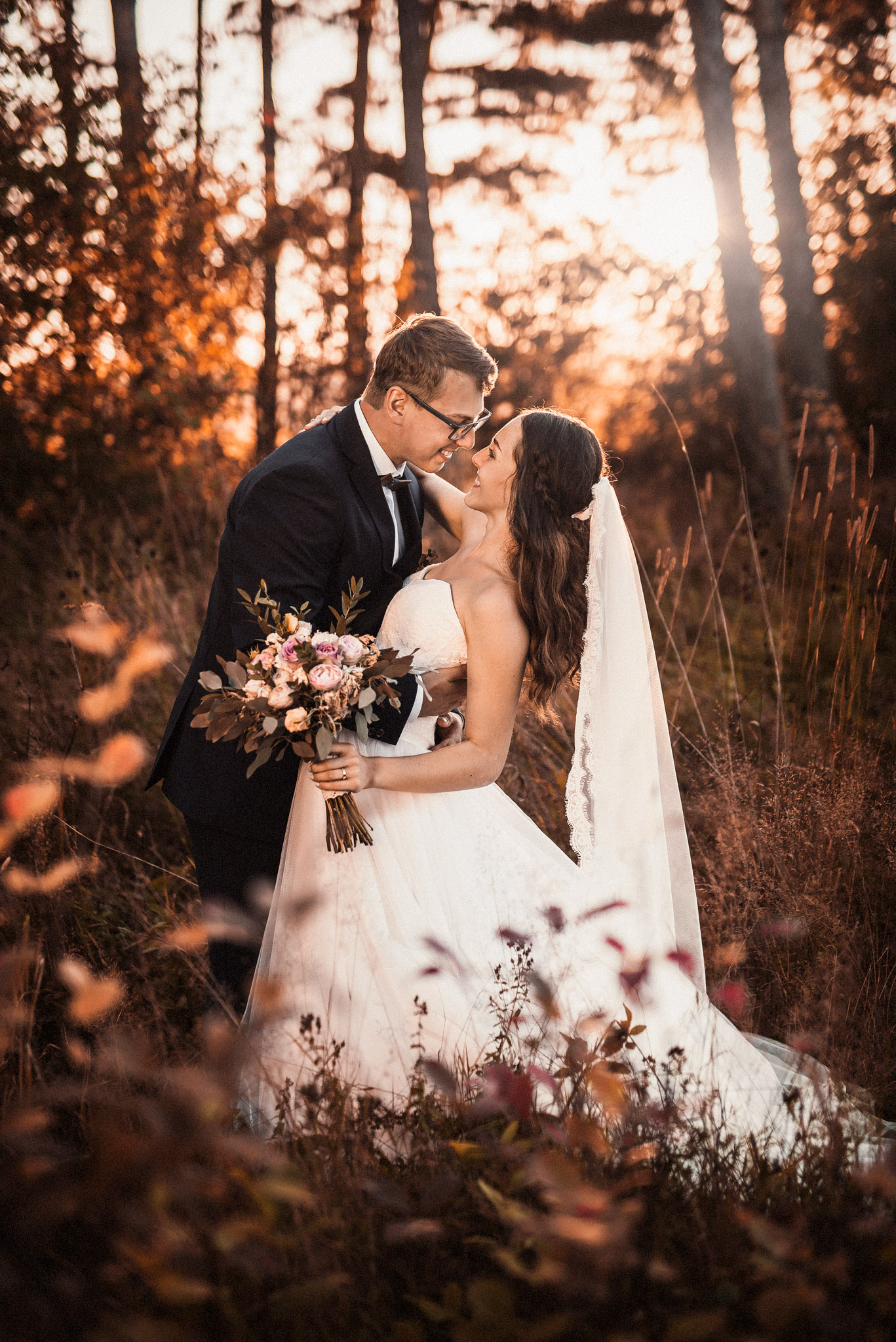 nevesta, ženích, závoj, les, príroda, západ slnka, láska, úsmev, šťastie, radosť, kytica, kvety, svetlo, atmosféra, svadobné šaty, Poprad, Tatry