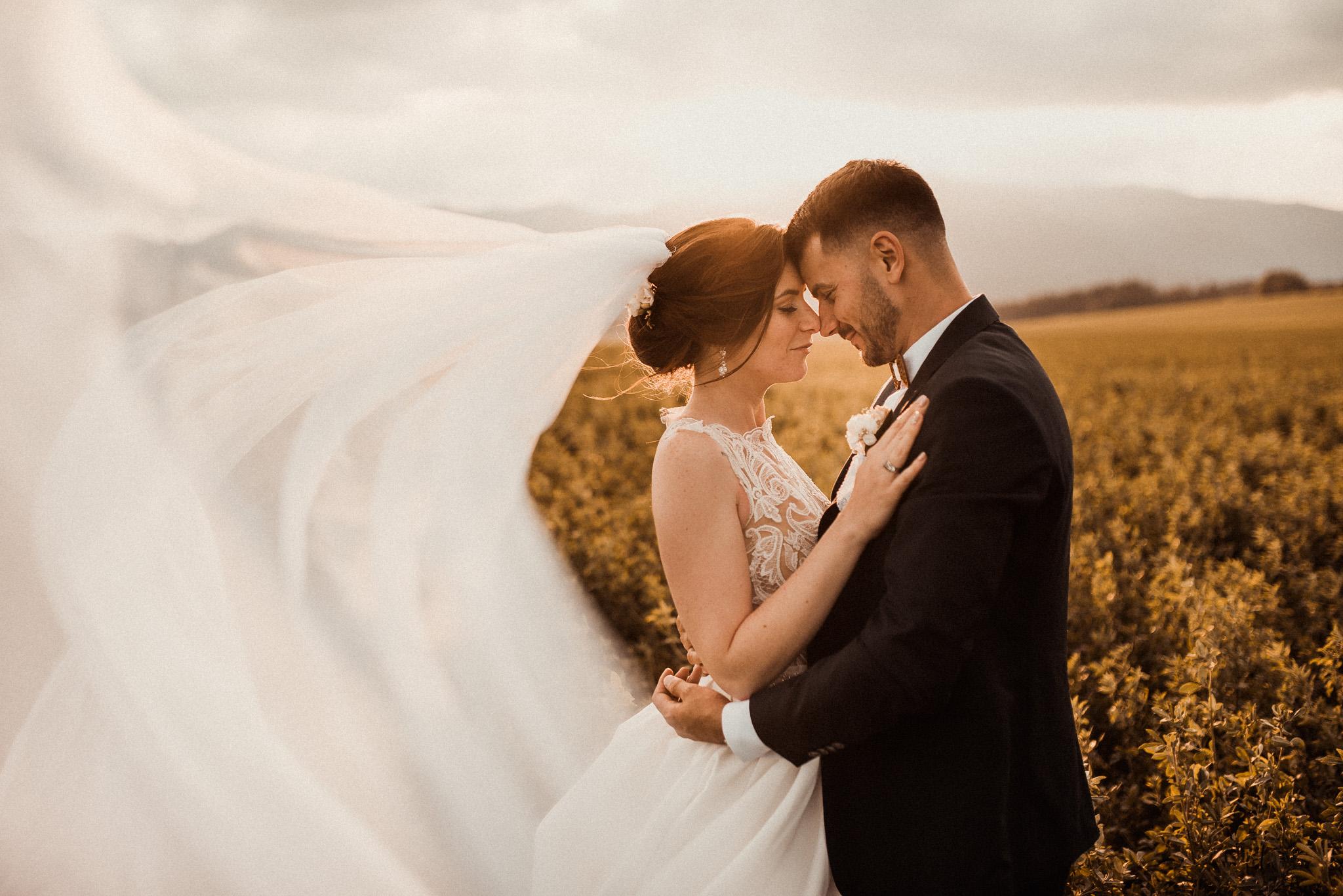 západ slnka, ženích, nevesta, láska, závoj, vietor, romantika, láska