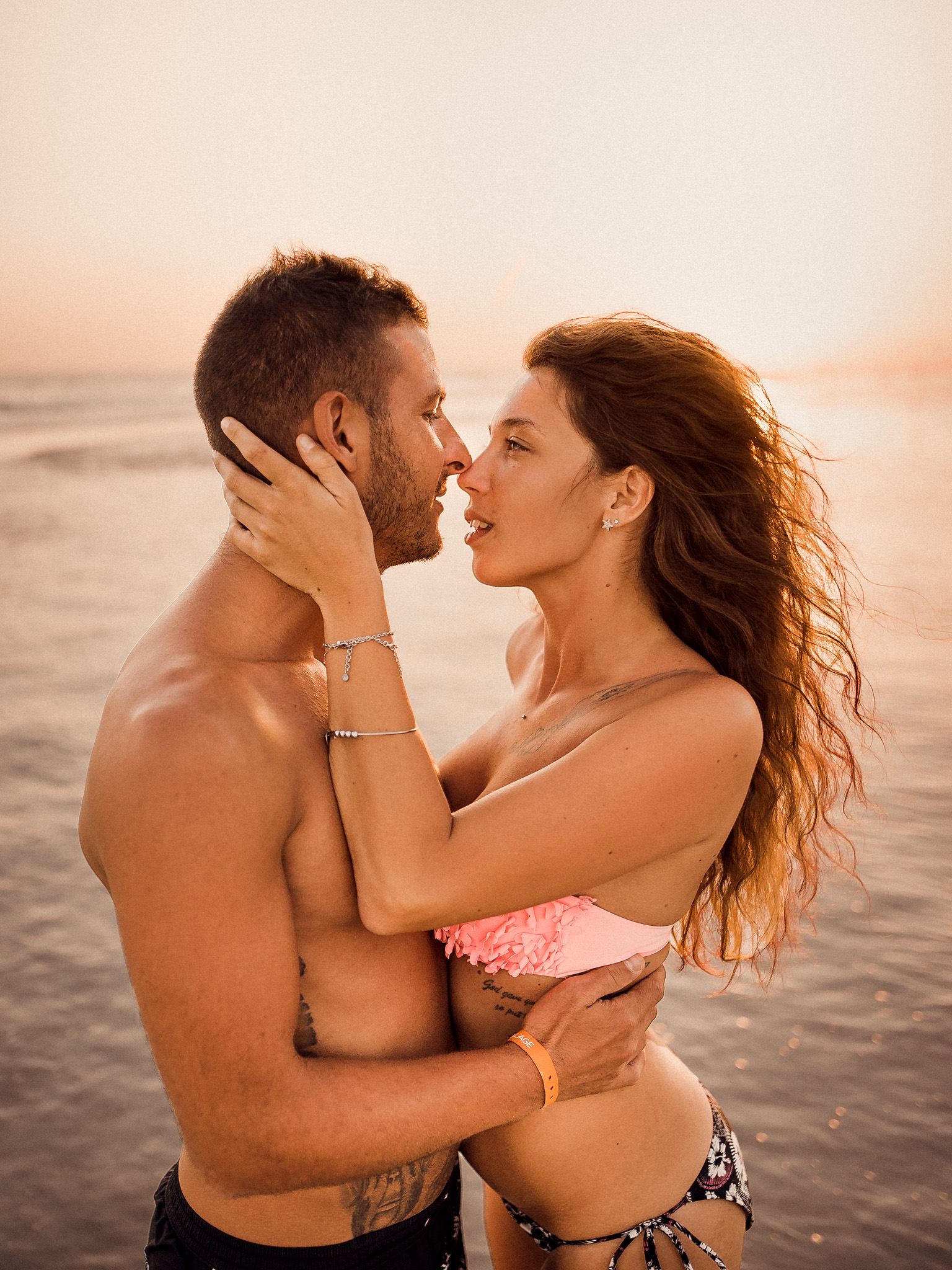 pár, láska, krásna, bozk, more, oceán, voda, vlny, západ slnka, šťastie, romantika, pláž, piesok, Omán, dovolenka, plavky
