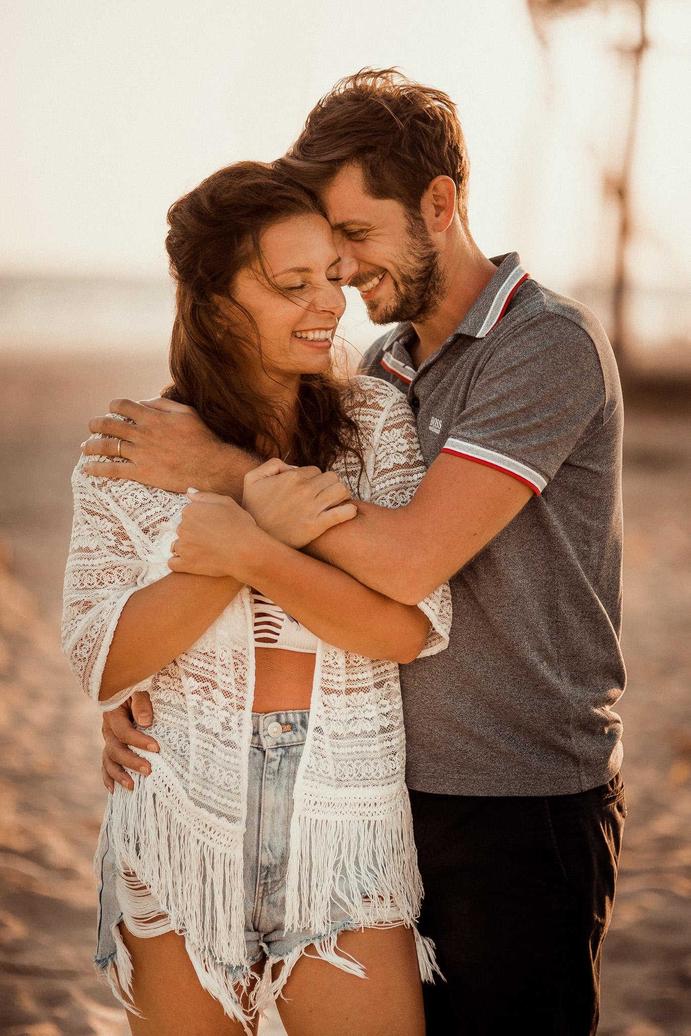 pár, láska, smiech, úsmev, bozk, more, oceán, západ slnka, šťastie, romantika, pláž, piesok, palmy, Omán