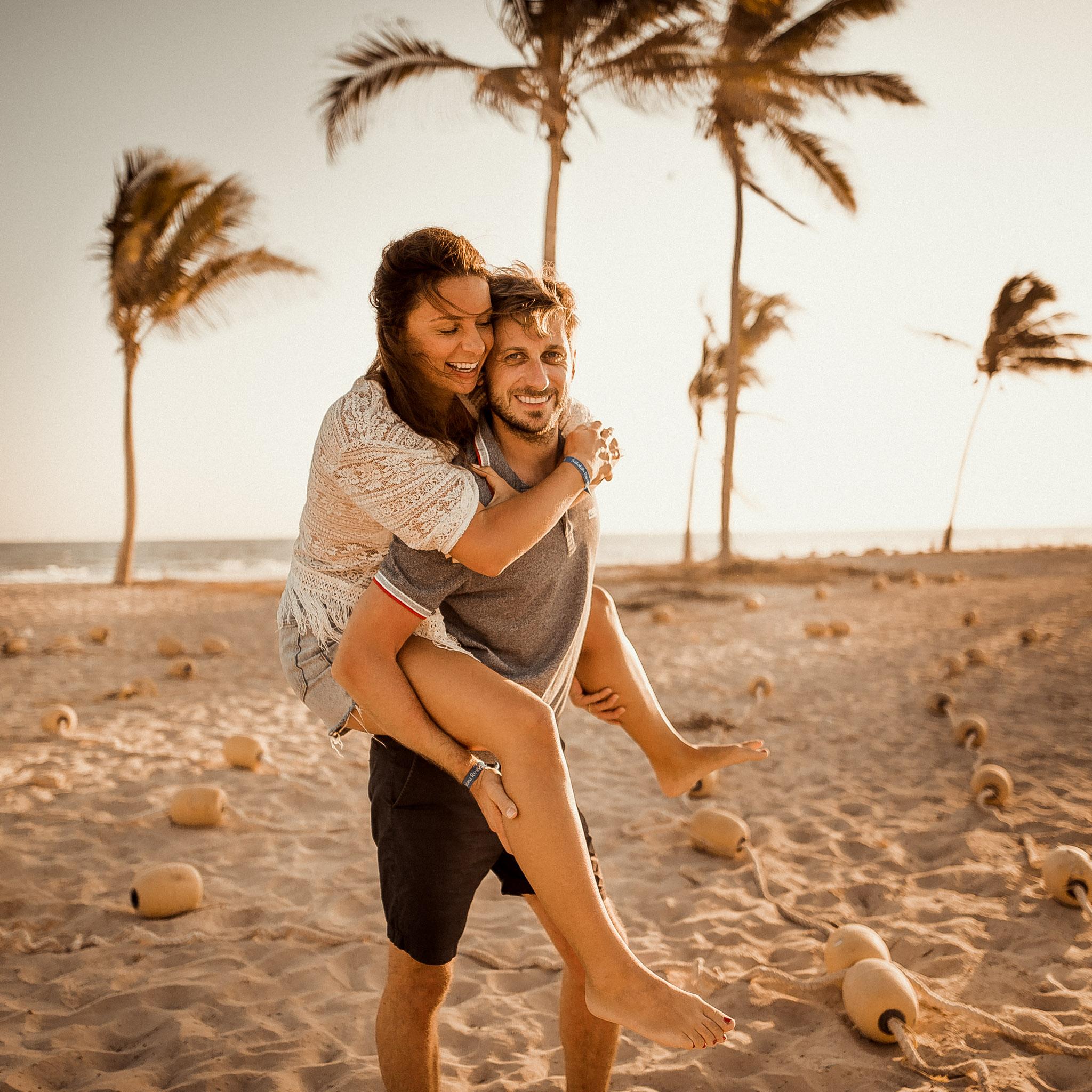 pár, láska, smiech, úsmev, bozk, more, oceán, palmy, západ slnka, šťastie, romantika, pláž, piesok, palmy, Omán