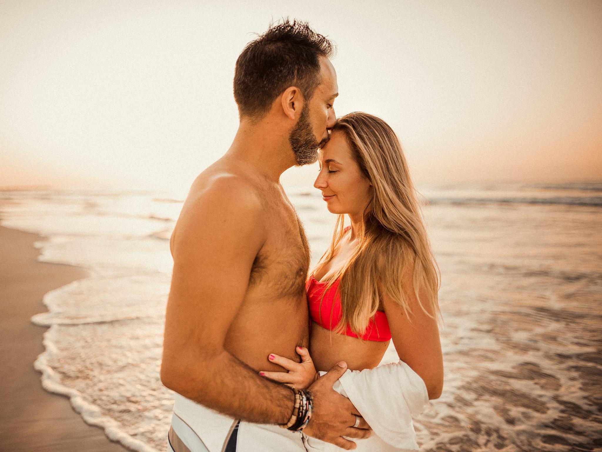 pár, láska, úsmev, bozk, more, oceán, palmy, západ slnka, šťastie, romantika, pláž, piesok, Omán