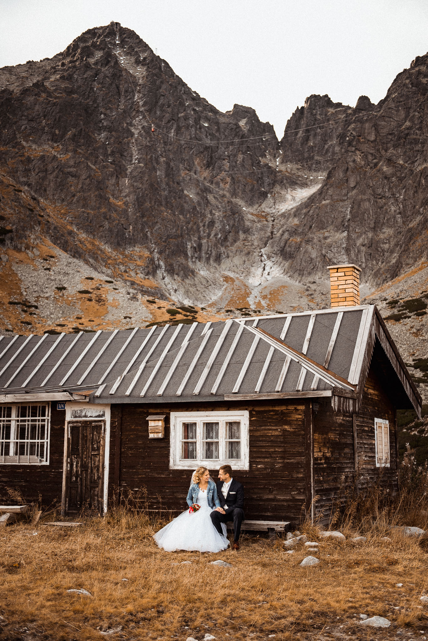 Vysoké Tatry, Skalnaté pleso, Lomnický štít, chata, pár, svadba, ženích, nevesta, láska, úsmev, šťastie, radosť, bozk, príroda, skaly, hory